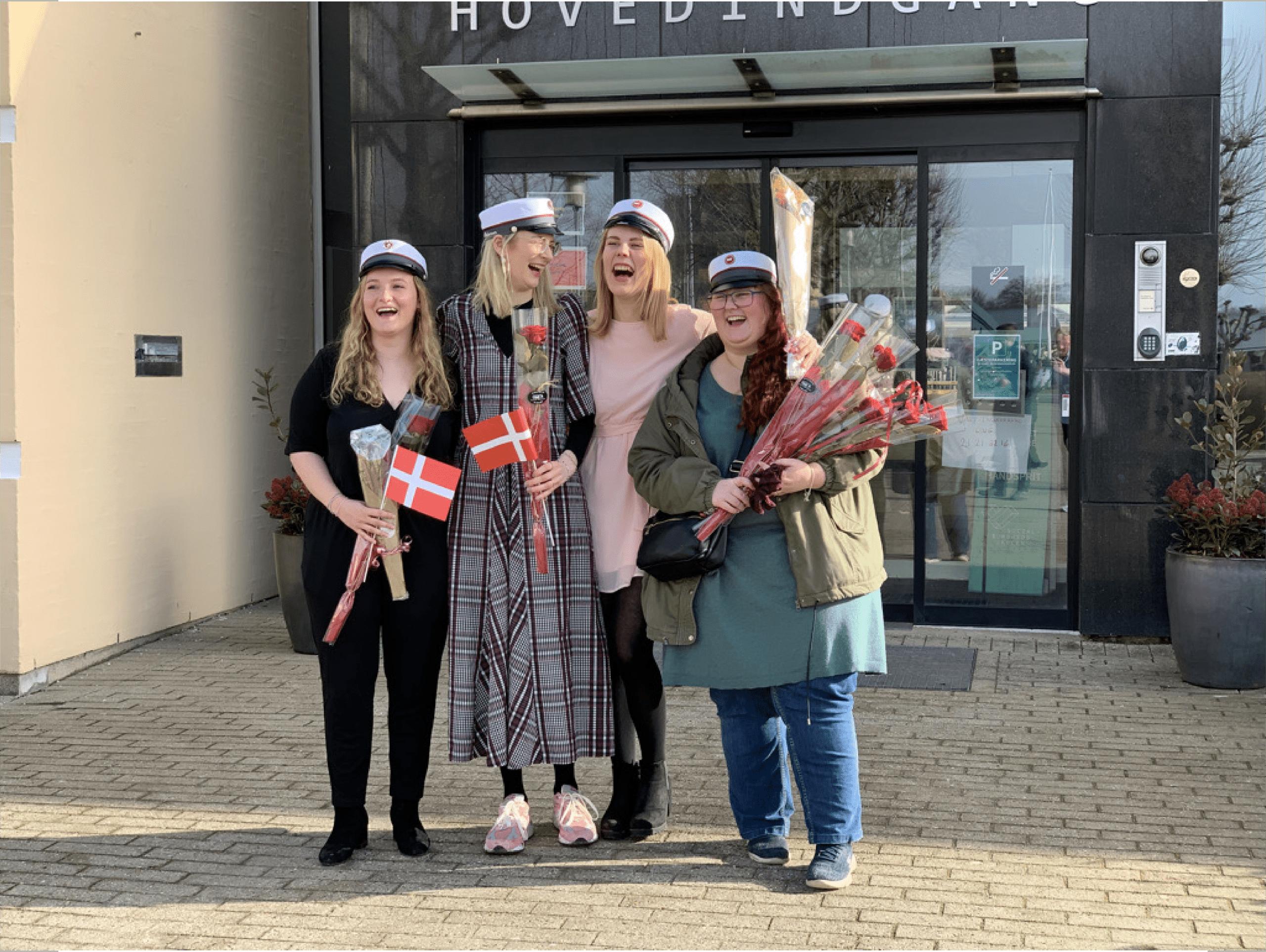 Fyns første EUX Velfærd-studenter står foran hovedindgangen på Social- og Sundhedsskolen Fyn i Odense